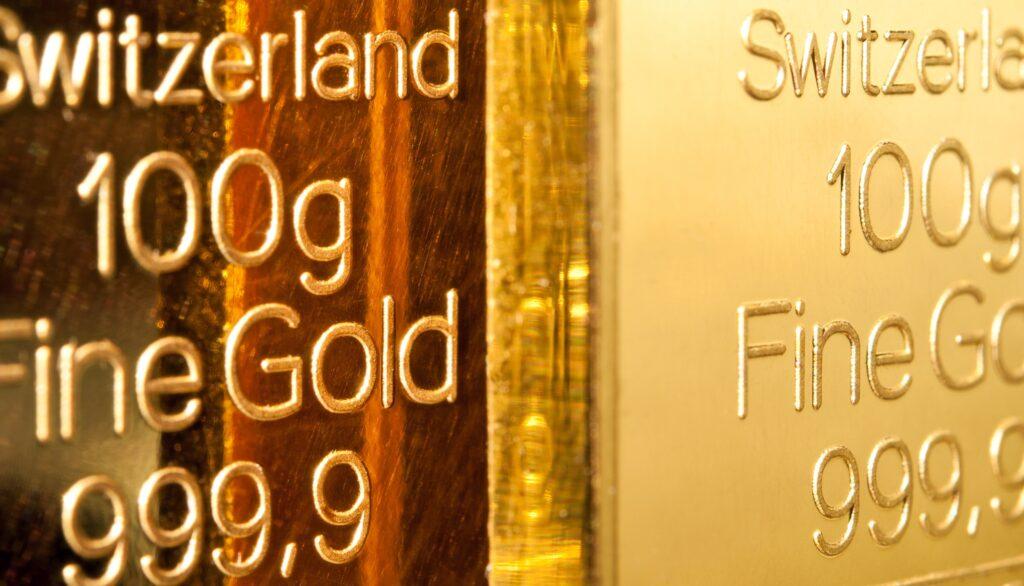 Nahaufnahme von zwei 100g Goldbarren aus der Schweiz