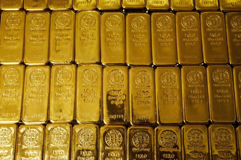 Dutzende 1 kg Goldbarren nebeneinander